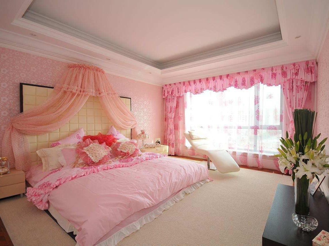 浪漫的粉色系婚房卧室布置,荷叶边的布艺窗帘和床品带来甜蜜的少女图片