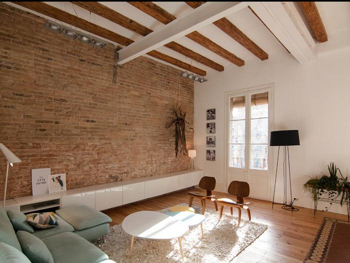 天花吊顶,裸露的墙面,木质地板三位一体,透过窗户的阳光照进来,客厅顿图片