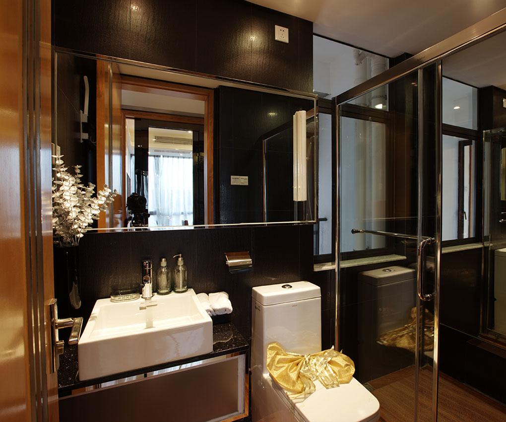 卫生间照明设备是空间设计的一部分,把镜前灯、环形吊灯、筒灯、射灯进行混合搭配,使照明层次分明,凸显缤纷的色彩和各异的材质。给人以私密、舒适之感。当灯光洒向它们时,亚麻,棉布等天然材质的编织品以及漆木、大理石和砖,一时间熠熠生辉。