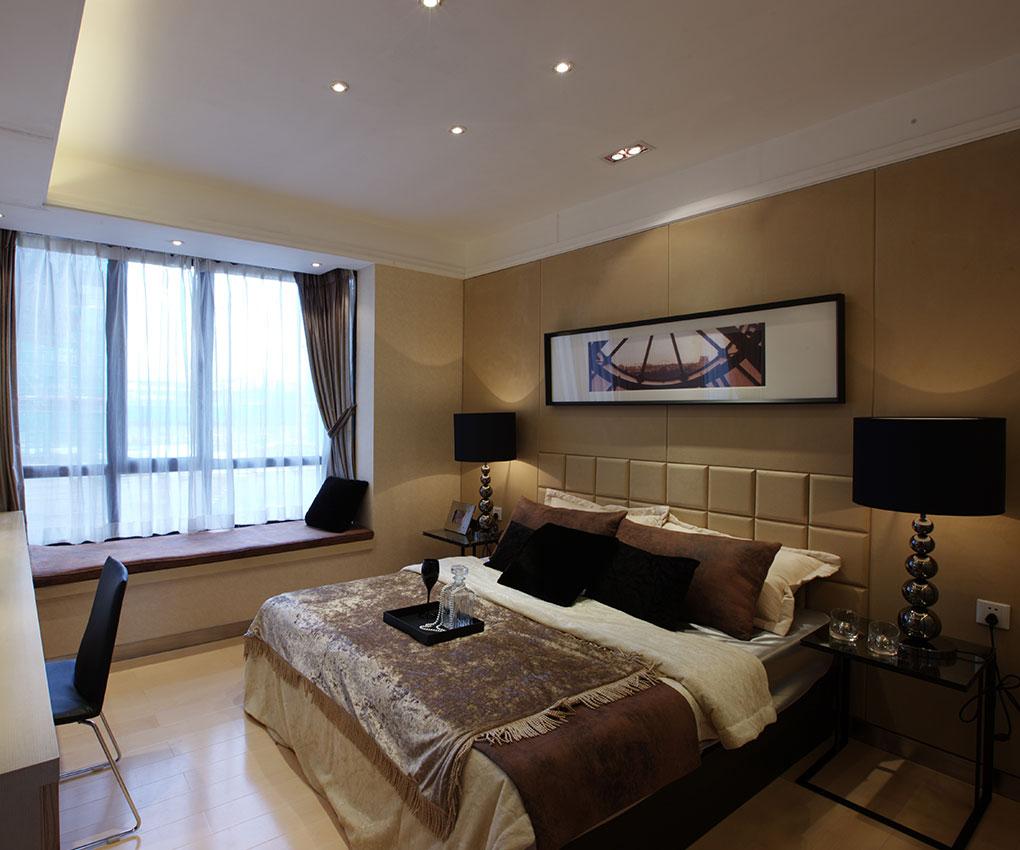 在卧室的设计上,要追求的是功能与形式的完美统一、优雅独特、简洁明快的设计风格。在卧室设计的审美上,要追求时尚而不浮躁,庄重典雅而不乏轻松浪漫的感觉。因此,在卧室的设计上,会更多地运用丰富的表现手法,使卧室看似简单,实则韵味无穷。