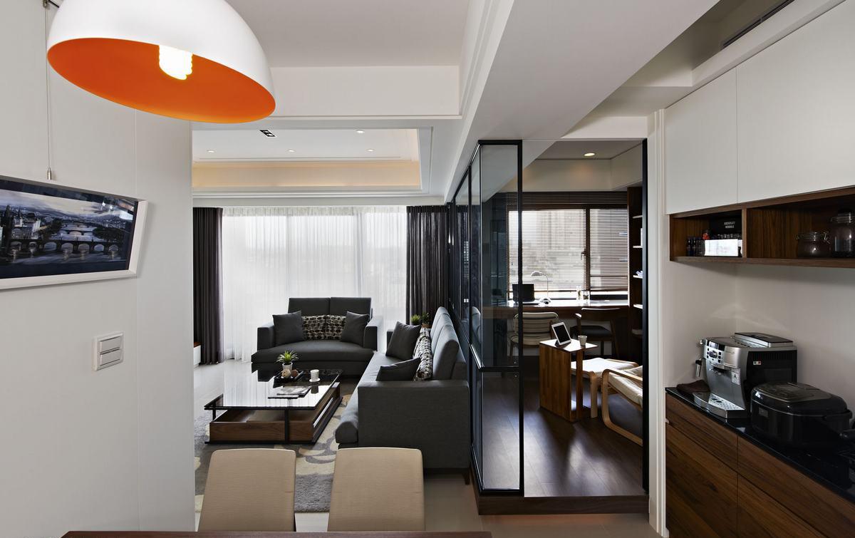 带进一份白白净净的日光閒情,电视墙不见价格高昂的建材堆砌,而是反璞回归白色和柚木引申的简约态度,传达恰到好处的留白设计感。与之呼应,悬空减少量感的鞋柜,还有以镜面修饰的角落大柱,分别活用色彩布局和虚实错觉,让视线充分延伸,感受耐人寻味的层次与景象。穿透清玻界线,瀰漫书香气息的木质书柜,一併满足开放陈列和密闭式的收纳需求。原木语汇同步出落於摆设上,经由休閒质感的傢俬品,在居家生活中,觅得忙裡偷閒的静謐时光。 ?