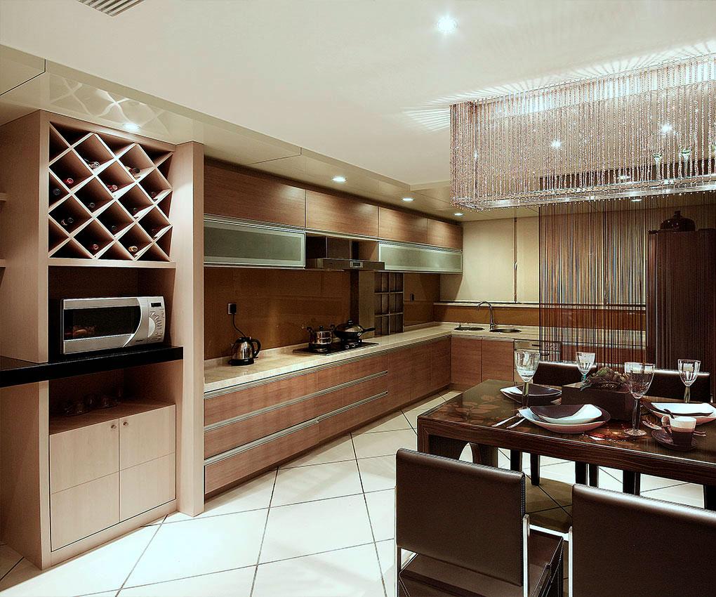 洁净的厨房是房屋的焦点,也是热爱美食人们的活动中心。灰色的石英石台面,定制的橱柜和厨师级装备,内置许多储物及形态各异的器皿,这让煮饭变成一种乐趣,同时让招待好友变得轻而易举。