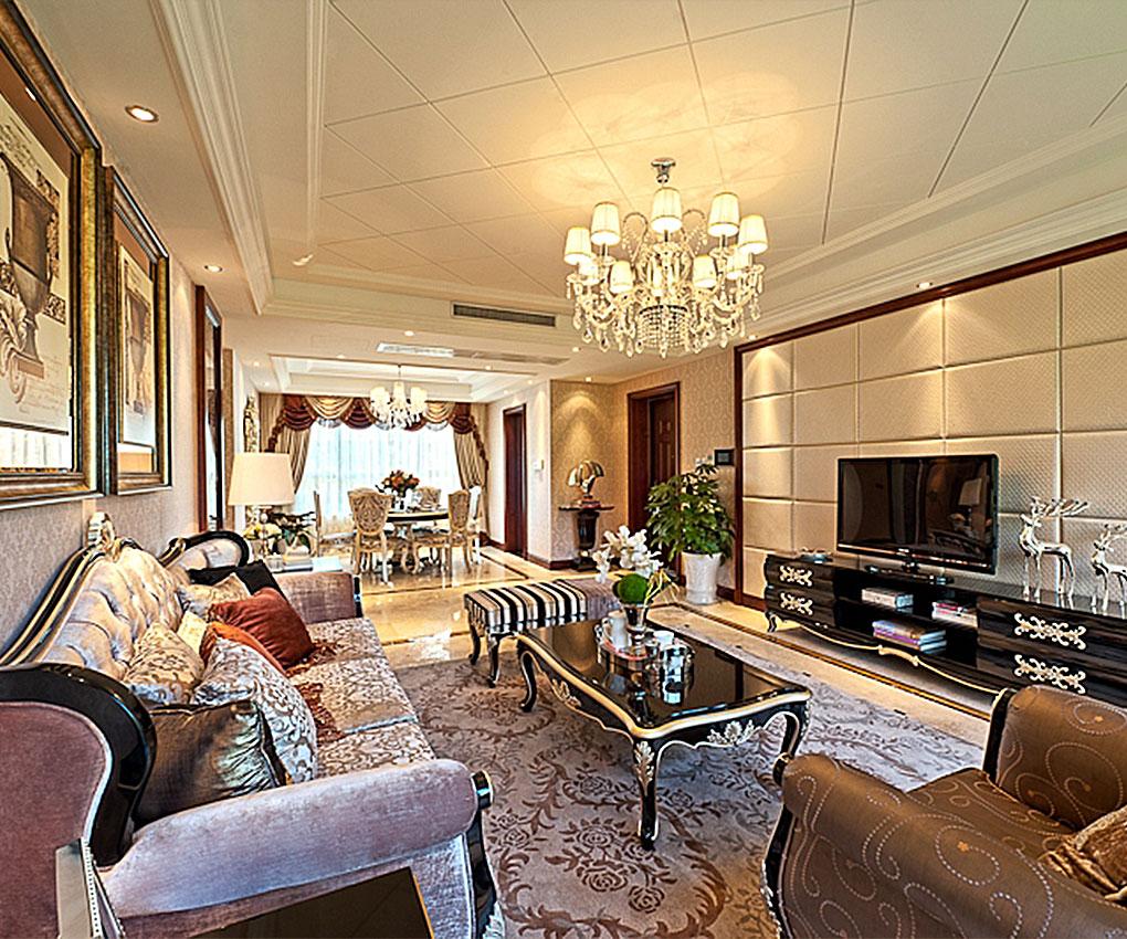 欧式客厅用家具和软装饰来营造整体效果,深色的像木和枫木家具,色彩鲜艳的布艺沙发,都是本案欧式客厅里的主角。还有浪漫的罗马帘,精美的油画,制作精良的雕塑工艺品,都是点染欧式风格不可缺少的元素。