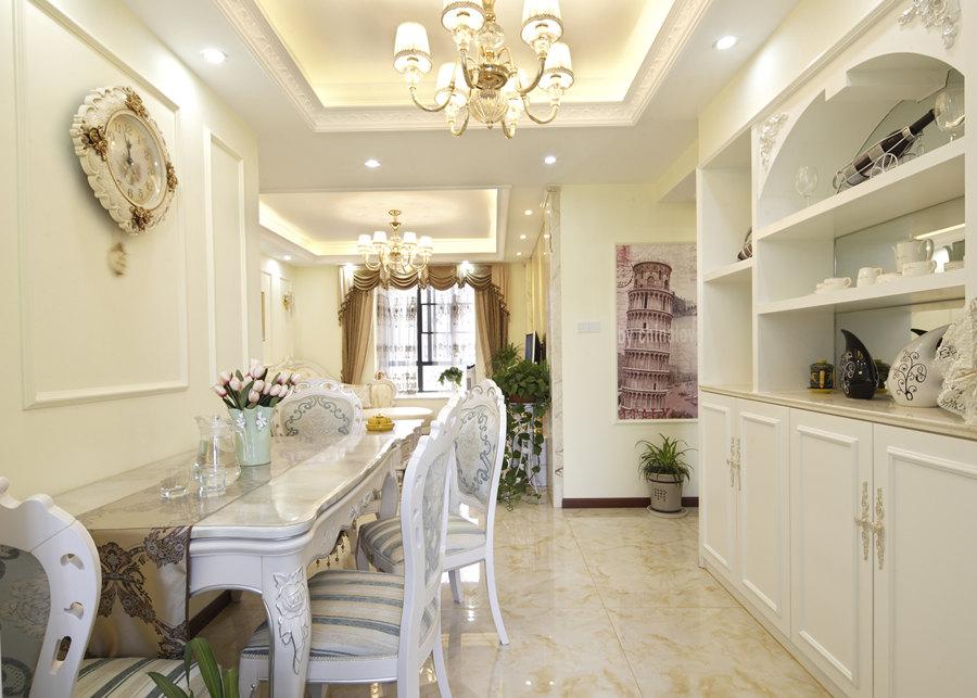 欧式的居室有的不只是豪华大气,更多的是惬意和浪漫。通过完美的典线,精益求精的细节处理,带给家人不尽的舒服触感,实际上和谐是欧式风格的最高境界。大家通常认为欧式装饰风格最适用于大面积房子,若空间太小,不但无法展现其风格气势,反而对生活在其间的人造成一种压迫感。但是,提取欧式里的一些精髓元素,也可以在小的空间中体现出欧式的大气奢华。