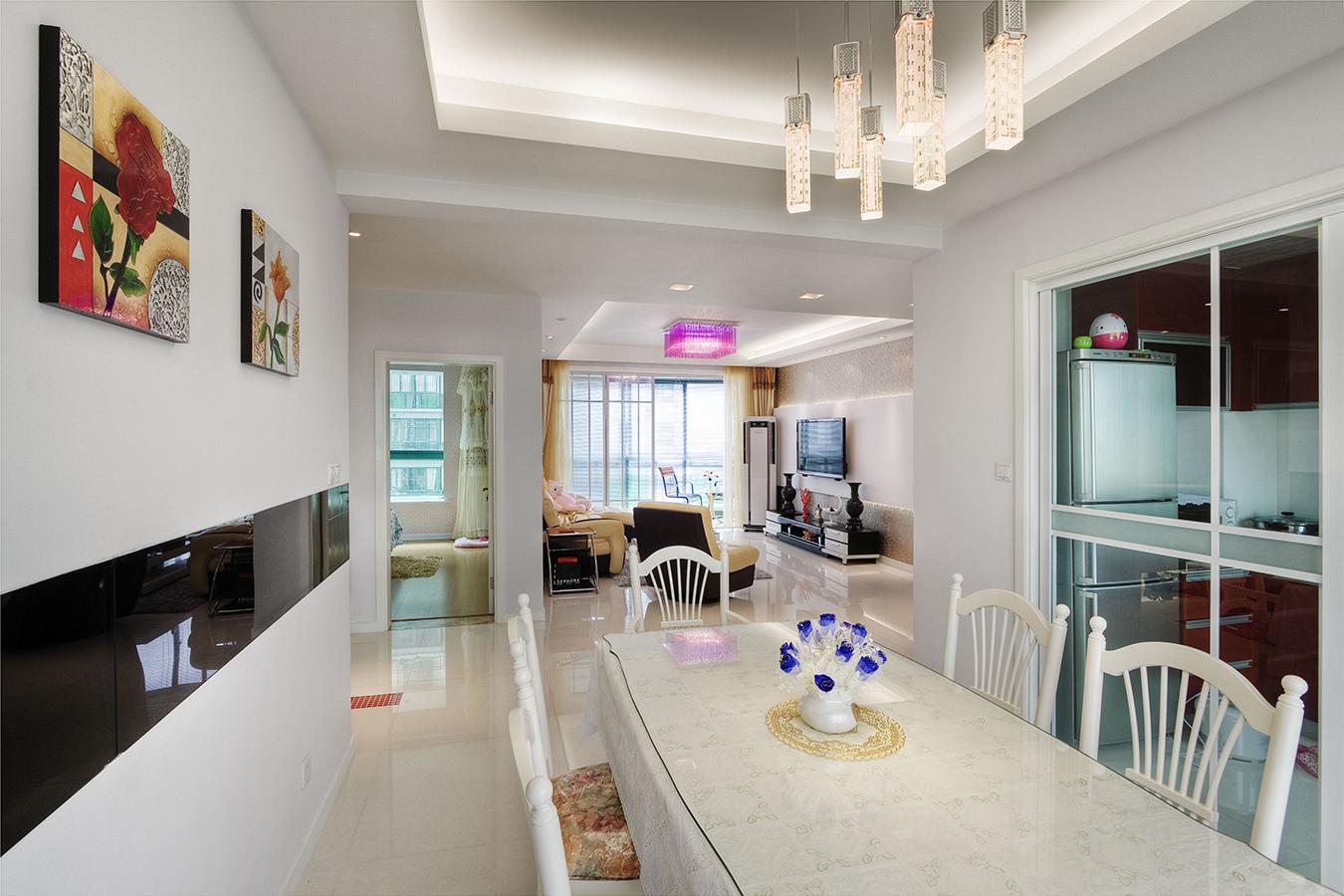 以简约的表现形式来满意大家对空间环境那种理性的、天性的和理性的需要,这即是现代简约特性。现代精约特性着重少即是多,放弃不必要的装饰元素,追求时髦和现代的简约外型、愉悦色彩。与传统特性比较,现代简约用最直白的装饰言语表现空间和家具营建的空气,进而赋予空间特性和安静