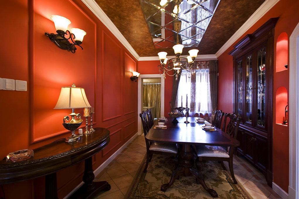 这是一套以美式乡村风格为主要题材的设计方案,设计上追求庄重、自然,无处不在的装饰纹样成就了奢华的气质;摆放讲究的厚重家具、复杂的造型、丰富的布艺装饰、具有古典风格的艺术挂画及吊灯等等,极度彰显了居室的雍容华贵;再以精细的后期配饰融入到设计风格之中,使这个居室更加完美!美式的居室有的不只是豪华大气,更多的是惬意和浪漫。通过完美的线条,精益求精的细节处理,带给家人不尽的舒服触感。