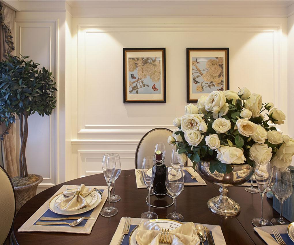 餐区整体效果色调以暖色为主,做了简单的吊顶,在配上圆桌更加显得大气。