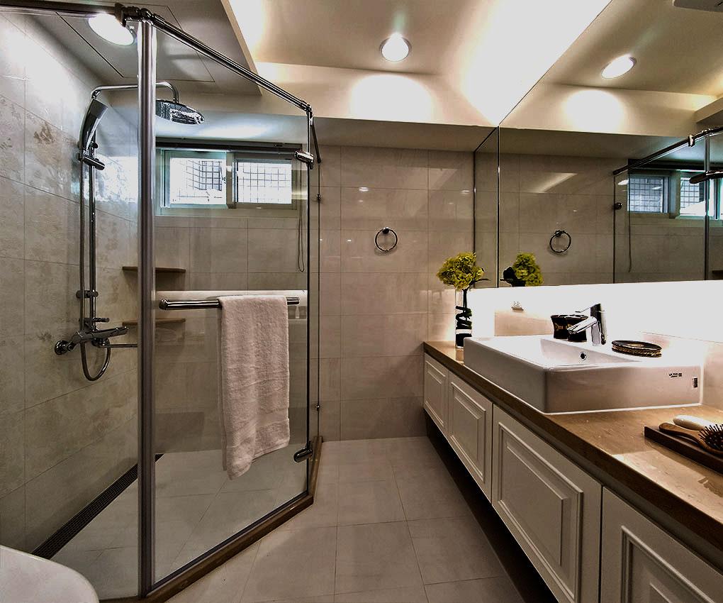 简洁瓷砖,浴缸区花色瓷砖装饰,主次分明。
