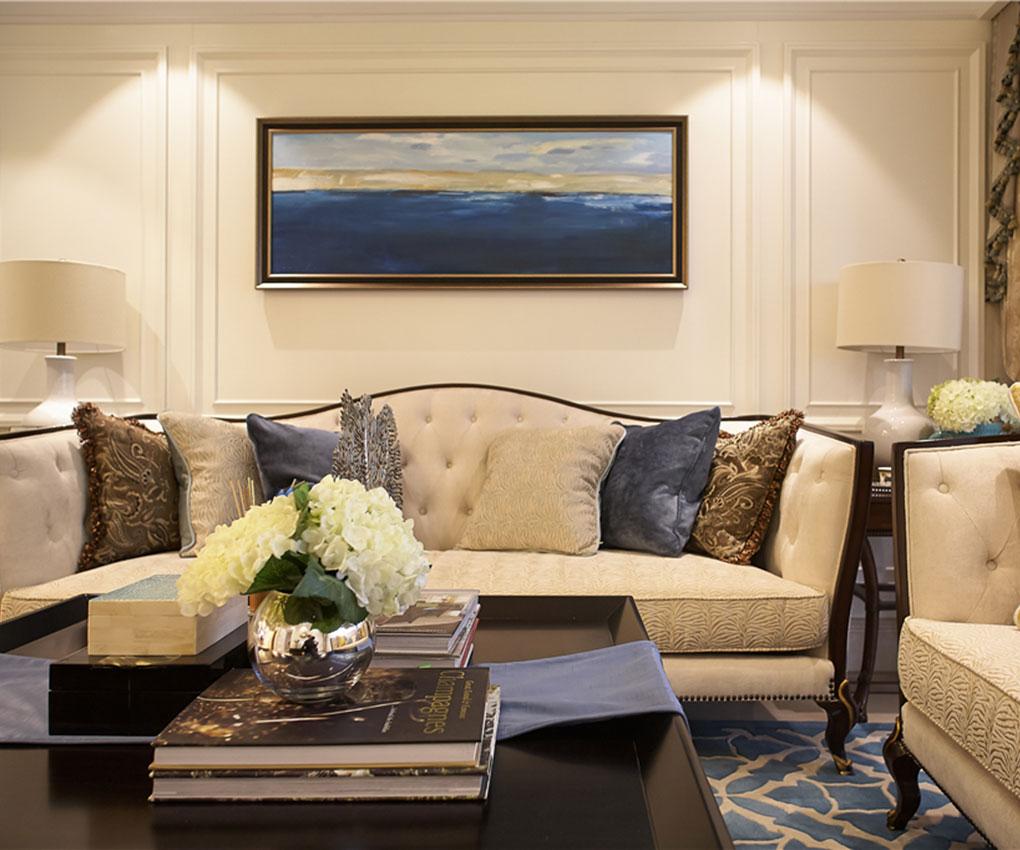 时尚的白色调沙发和装饰品的搭配,让整个客厅显得,高贵、轻松、舒适的视觉感。