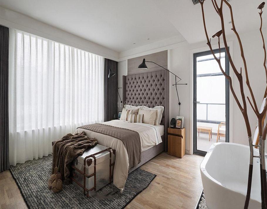 主卧室床别出心裁,使房高充分利用显得精致美观。
