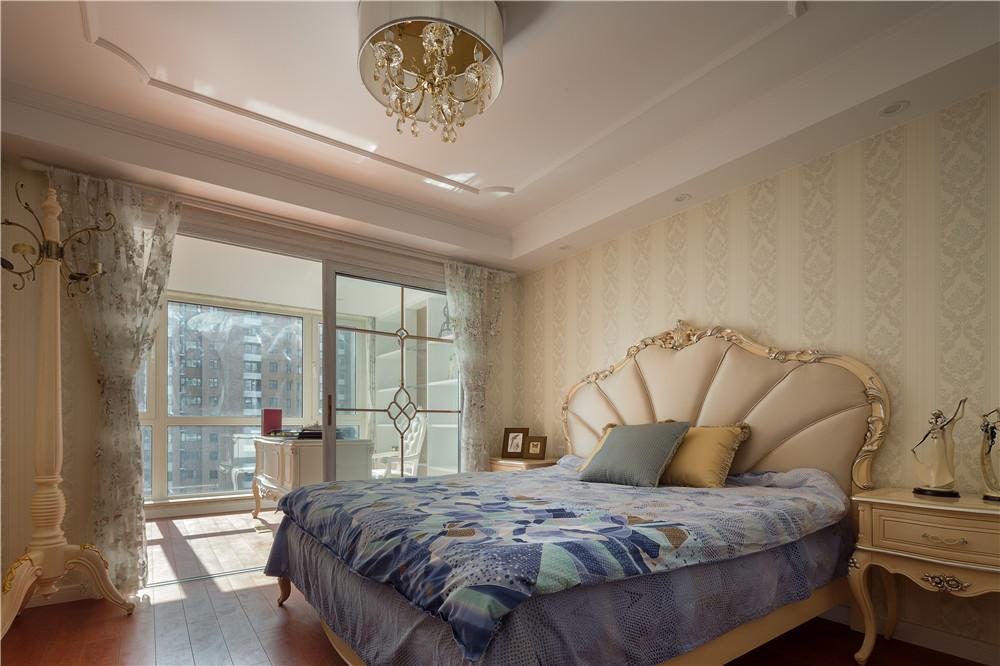 欧式的居室有的不只是豪华大气,更多的是惬意和浪漫。精益求精的细节处理,带给家人不尽的舒服触感,实际上和谐是欧式风格的最高境界。同时,欧式装饰风格最适用于大面积房子,若空间太小,不但无法展现其 风格气势,反而对生活在其间的人造成一种压迫感。当然,还要具有一定的美学素养,才能善用欧式风格,否则只会弄巧成拙。?