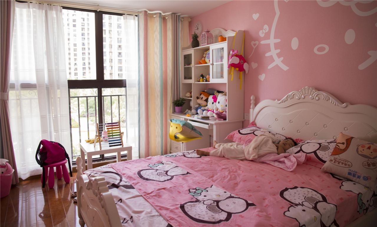 小朋友喜欢Hello Kitty,儿童房的墙壁用了Hello Kitty的图案,整个房间都是萌萌哒。儿童房使用了最环保的材料。