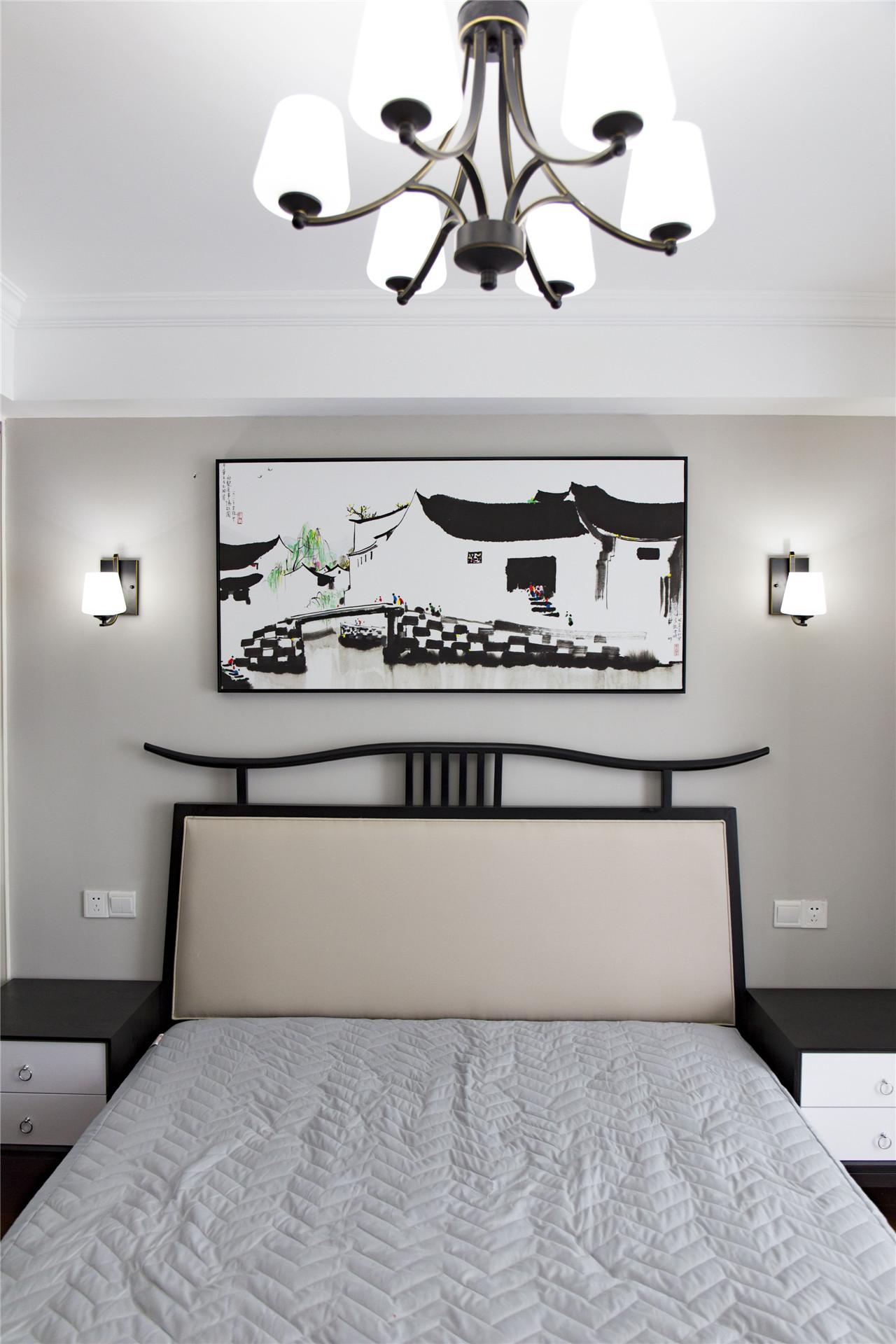 衣柜的移门和床也用了黑框装饰,和墙画相得益彰,也显得很素雅。