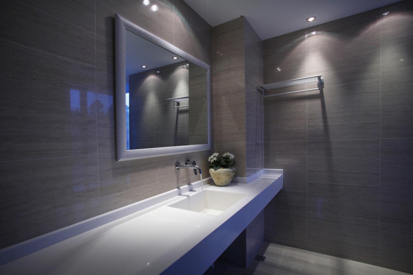 卫生间作为浴室应该具备良好的通风、采光和取暖的设备。卫生间的照明可采用整体与局部混合的方式。卫生间的设备应该与空间关系很好的协调,不合理或是看起来不舒适的地方要进行局部调整改善。