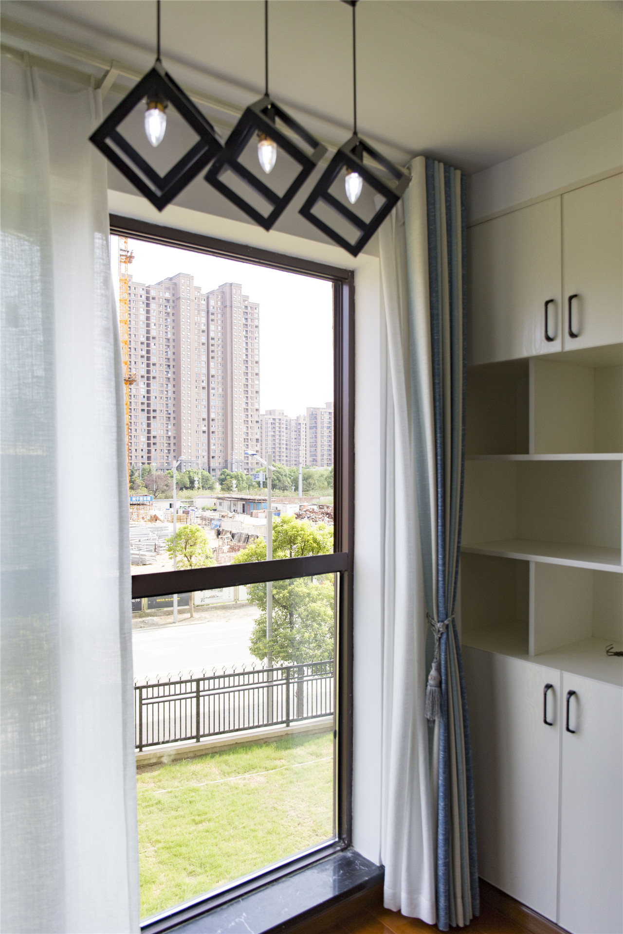 窗户旁还做了休闲区,兼具收纳和实用功能。