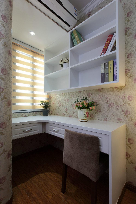 从进门的坐塌到餐厅的小酒柜到书房的小沙发到阳台的摇椅,随意且贴近生活,没有繁复的叠加,只有不经意放置的书本,一切都是如此自然与惬意。厚重的沙发搭配小清新的格子,浪漫而不失韵味。玄关的设计也是亮点,双排的储物柜,并未采用对称的处理方式,而采用高低橱柜,并且在进门橱柜上排少安装了一个吊橱。这样的处理使得整个玄关不至于那么拥挤,再摆放上艺术风的鸟笼,加上实用的小挂钩,处理上面不仅注意到了艺术设计层面,也很好的处理了空间上视觉上的不足之处。整体上,设计师将美式风格更加生活化,很好的抓住了美式的精髓,舒适自然贯穿始终。