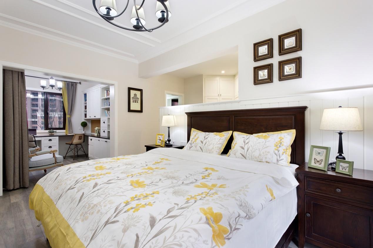 """卧室视角:衣帽间,半开放式书房以及休息区整个空间融为一体""""让主人在家商务办公或自我充电时""""。深色的实木家具以及简单的木作半高墙造型,让整个空间显得更加的宽敞"""