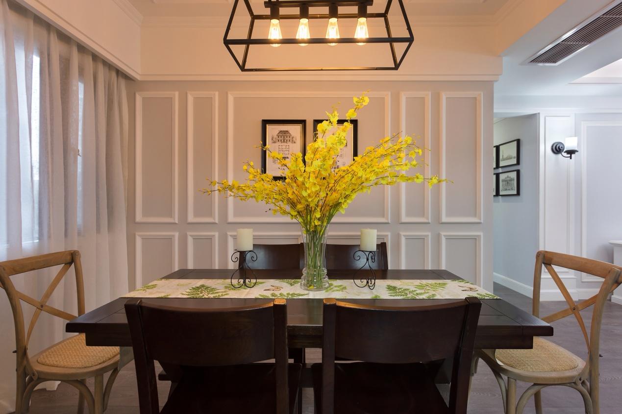 """餐厅视角:简约的美式实木餐桌,配合着墙面具有浪漫气息的""""浅紫色"""",再加上餐厅墙面普通的原创石膏线条,使整个空间不显得那么的单一的同时还具有眼前一亮的感觉。"""