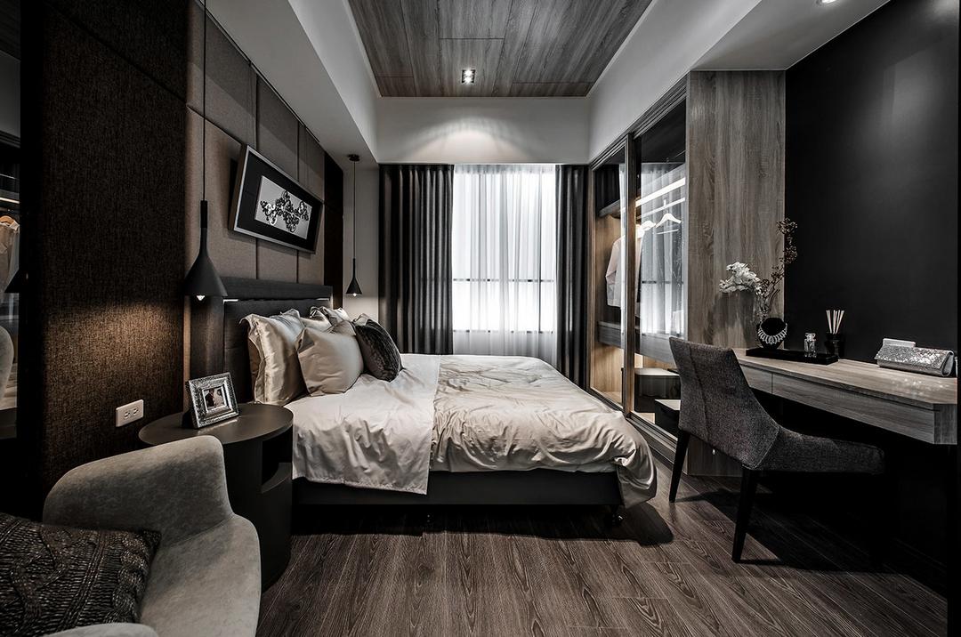 因为港式家居设计大多采用黑、灰、白等内敛色调,因此,您的灯具可以采用一些较为丰富的色彩来中和这种灰暗的色调。比如淡粉、深蓝色、果绿色等。但切忌线条一定要简单大方,切不可花哨,否则会影响整个居室的平静感觉。另外,灯具的另一个功能是提供柔和、偏暖色的灯光,让整体素雅的居室不会有太多的冰冷感觉。?