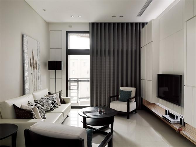 在配饰上,延续了黑白灰的主色调,以简洁的造型、完美的细节,营造出时尚前卫的感觉。