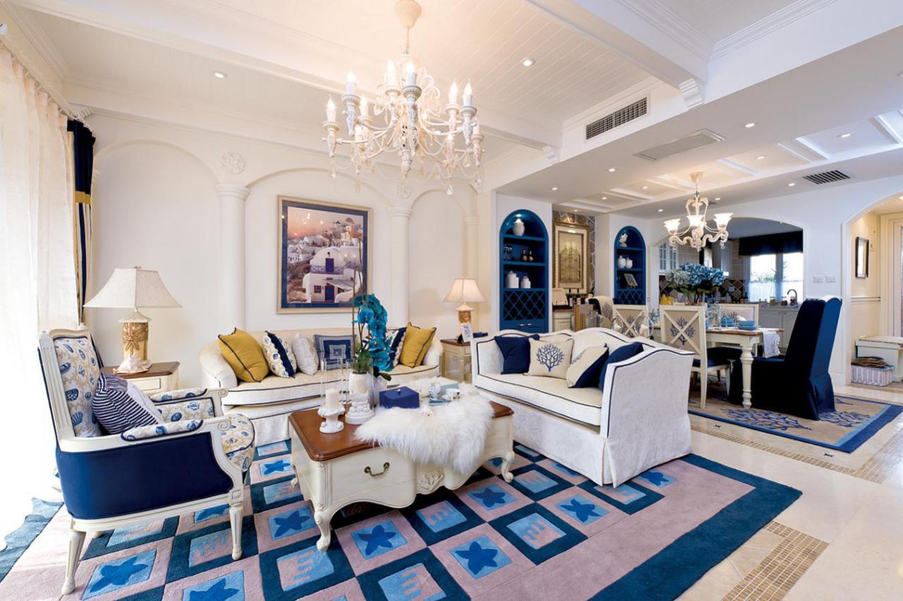 客餐厅:客餐厅墙面以白色的涂料为主,使空间看起来非常的干净明亮,沙发用白色色与红蓝色的搭配,既温馨时尚又楚楚大方。地面运用仿古的土黄色地砖,配之马赛克边带,让地面也不失经典,搭配得宜的绿植与装饰挂画点缀其中,使整个空间显得很温暖明亮,又不失艺术感。