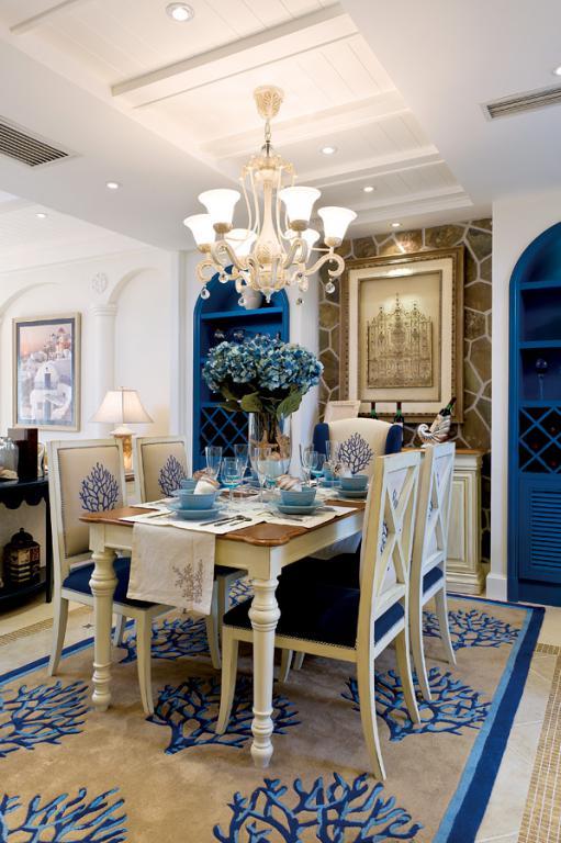 餐厅:餐厅的旁边就是开放式厨房,厨房在家里面占了很大的比例,吧台便于早饭时的小情调。蓝色的柜子让厨房看起来更大气,浓郁的地中海风情扑面而来,仿佛正置身于海边制作美味的异域大餐,愉快的心情是为家人制作出愉快餐点的重要条件。
