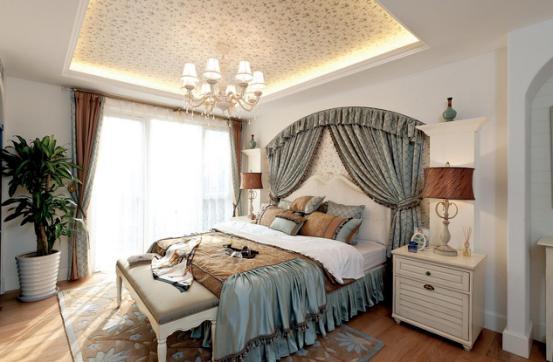 主卧室:主卧室天棚用了碎花壁纸,也做了灯带,使卧室看起来空间感更大层次更多。木地板与地毯的完美结合,带着点地中海式的华丽,床品细腻的纹饰有种神秘感,整个空间实现了和谐呼应。