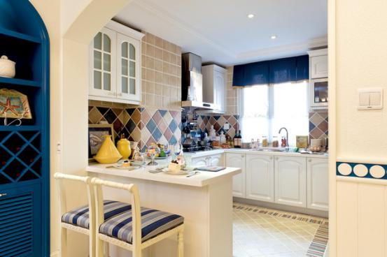 厨房:u型橱柜,造就了宽敞的操作空间,让做饭可以不再孤独。红,黄,蓝,复古墙砖将白色橱柜衬托的更加清新淡雅。