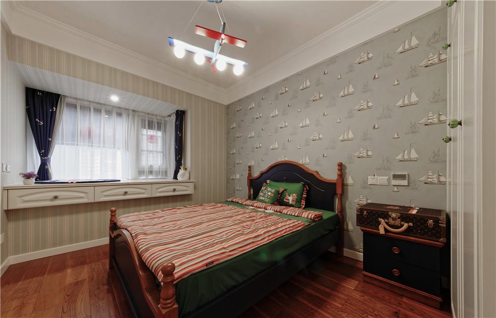 欧式的居室有的不只是豪华大气,更多的是惬意和浪漫。通过典线,精益求精的细节处理,带给家人不尽的舒服触感,实际上和谐是欧式风格的最高境界。同时,欧式装饰风格最适用于大面积房子,若空间太小,不但无法展现其 风格气势,反而对生活在其间的人造成一种压迫感。当然,还要具有一定的美学素养,才能善用欧式风格,否则只会弄巧成拙。