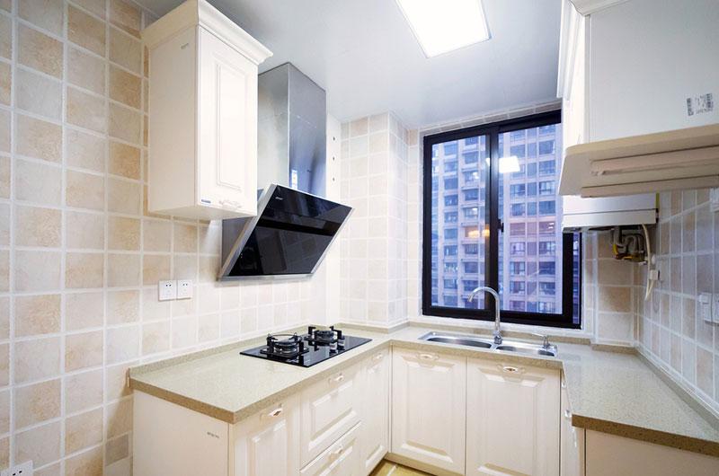 本案建筑面积115平,半包总花费17.6万,整体装修风格采用了清爽的现代美式风格,简约实用的家具搭配清新的壁纸,开阔的空间布置带来良好的采光,这样一个清新美好的日光宅大概是很