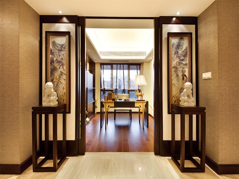 中式古典风格常给人以历史延续和地域文脉的感受,它使室内环境突出了民族文化渊源的形象特征。中国是个多民族国家,所以谈及中式古典风格实际上还包含民族风格,各民族由于地区、气候、环境、生活习惯、风俗、宗教信仰以及当地建筑材料和施工方法不同,具有独特形式和风格,主要反映在布局、形体、外观、色彩、质感和处理手法等方面。?