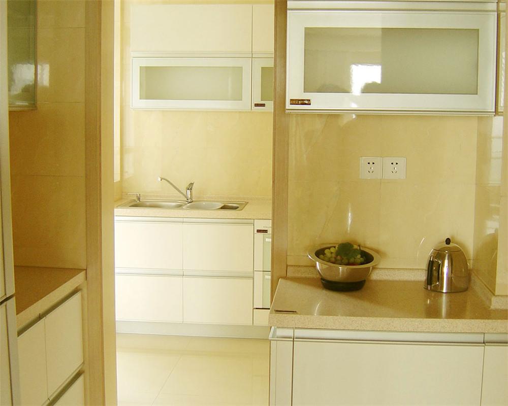 厨房功能是储存生活必备,为日常生活提供餐饮的保证。按厨房的功能可分为以下区域:储存、洗涤和烹调。通常又把这三个区域所形成的三个点所构成的三角形称为厨房工作三角形,