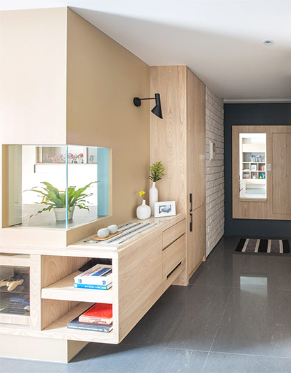 北欧风格的亲子宅,面积约为131平米,三室两厅的格局正符合业主这个二孩家庭的需求。考虑到两个孩子需要大量的活动空间,设计师将公共区域做了全开放式处理,并且兼顾安全性,大量的木质家具采用了斜角的收边方式形成圆弧边角,这样就算孩子在室内开小车也可以了。