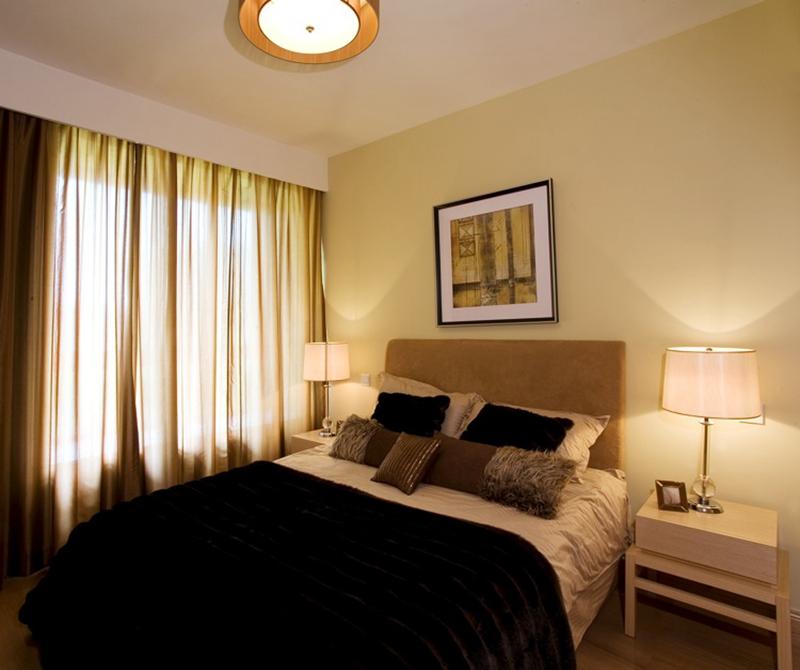 卧室比较引用深色调,深沉的颜色更显稳重。