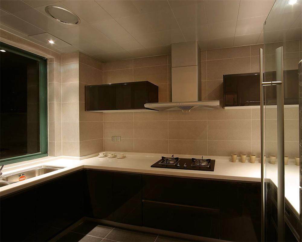 洁净的厨房是房屋的焦点,也是热爱美食人们的活动中心。灰色的石英石台面,定制的橱柜和厨师级装备