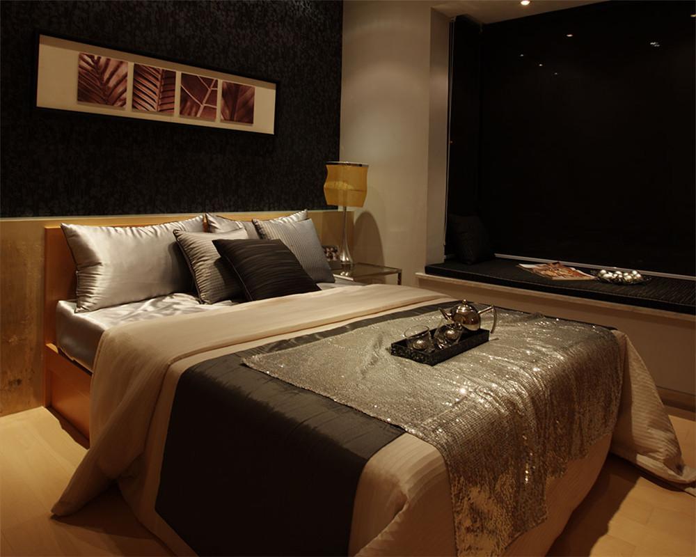 卧室同样延续了客厅的设计风格,浅色简约的背景墙,加上浅暖色的窗帘,明亮的空间,卧室变得充满阳光、安静、舒适,可以让人有很好休息、睡眠。
