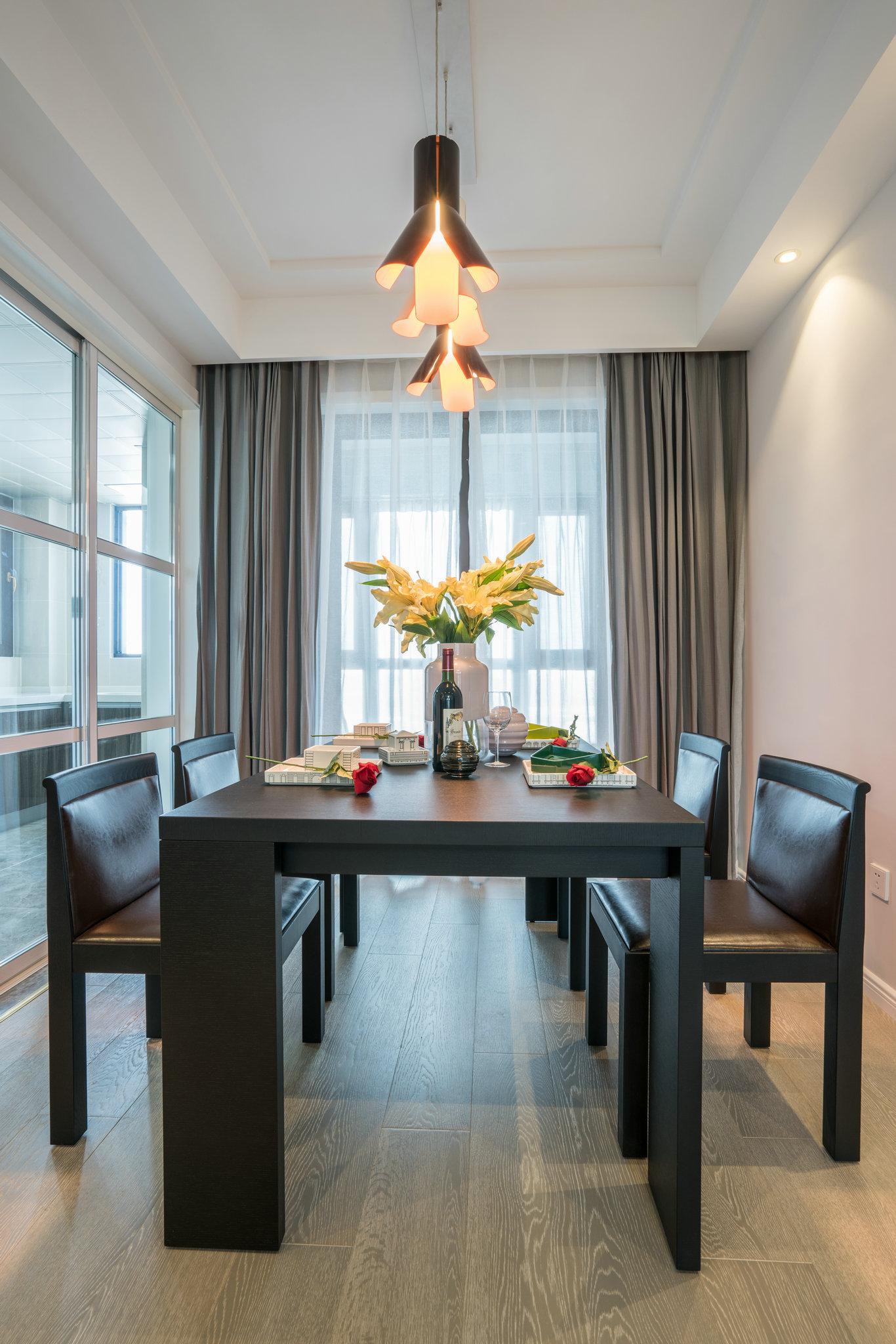 本案本户型的流线较为简单、实用。餐厅、客厅、过道空间形成独立却又完整的空间,功能分布合理。各个房间功能分布合理,主卧、客厅的采光比较好,客厅有个大阳台,十分惬意。