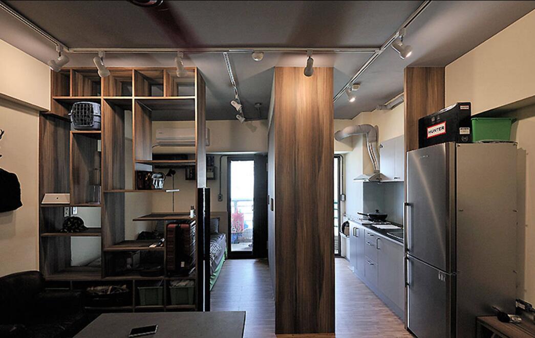 具备衣柜与电器柜双面机能的大型柜体,界分出独立厨房。