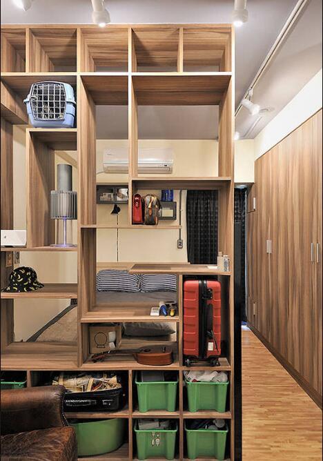 设计师预先计算收纳展示物品数量,量身订制作为空间主景的造型层架。