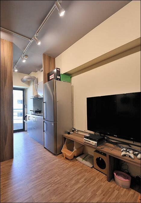 一字型的厨具规划,可望向阳台的南洋风情,从视野延伸拉长空间敞度。