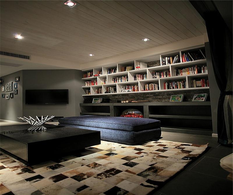 客厅是整体是暗色系的,小小的蓝色沙发,后面是设计了一个大大的书柜,放满了书。也十分美观。
