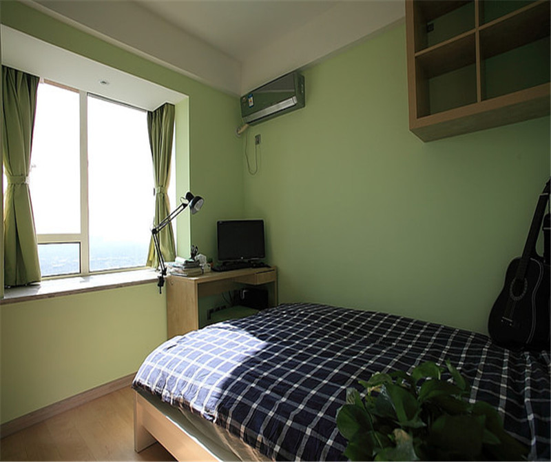 卧室的整体背景墙选择了绿色,有大自然的气息。窗户对着床,采光度十分好。