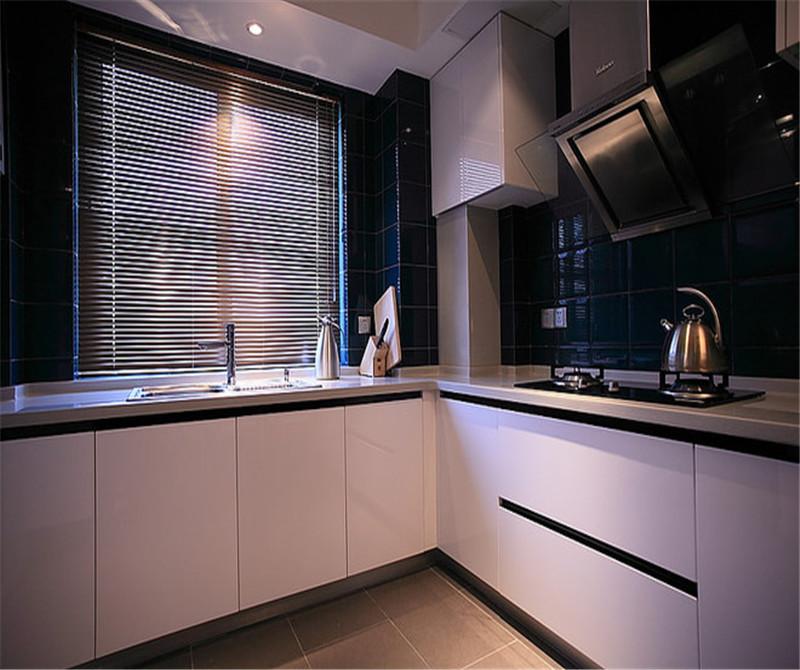 厨房的橱柜选择了白色,窗户给厨房通风使用。