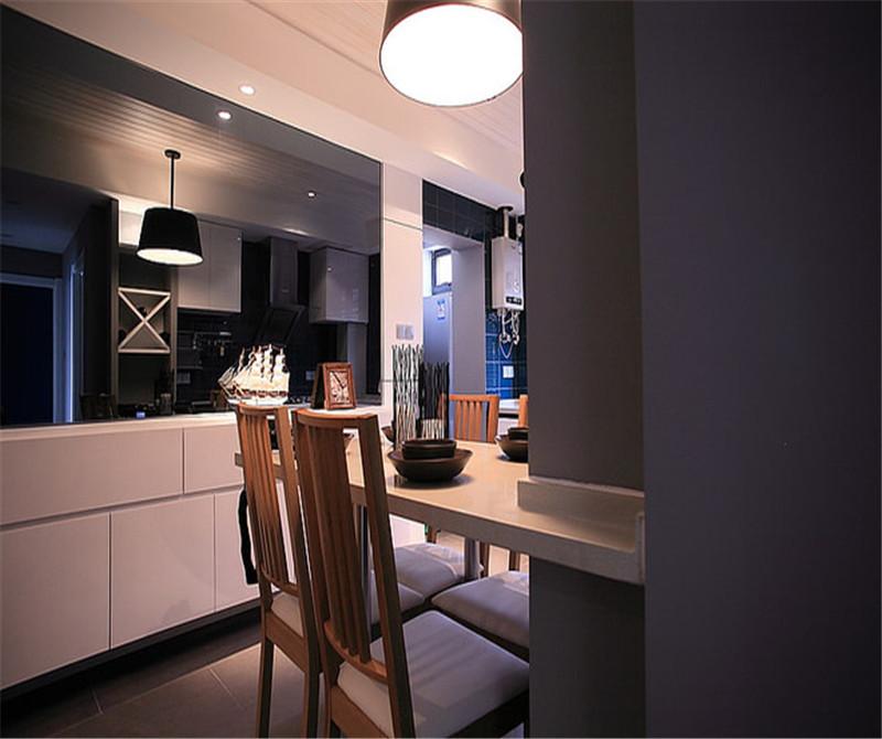 餐桌靠着墙,小餐桌让人感到温馨。