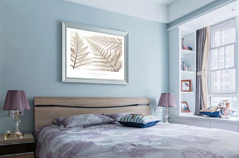 【卧室】粉蓝色和白色相结合,给生活融入温情,小清新的色彩让生活充满了激情,满满的活力。设计师在飘窗的位置设计了书柜和榻榻米,温馨贴心的设计给生活带来了便利而且实用。