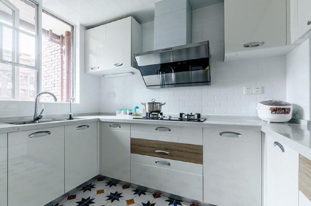 【厨房】高雅的白色,完美的展现了它的美与整洁,设计师充分利用各个角落,为厨房添加了存储空间,增加了实用性。
