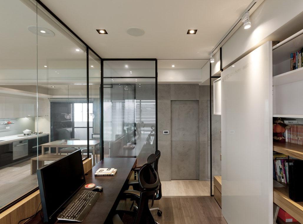 书房的玻璃拉门和隔断引导阳光注入室内。