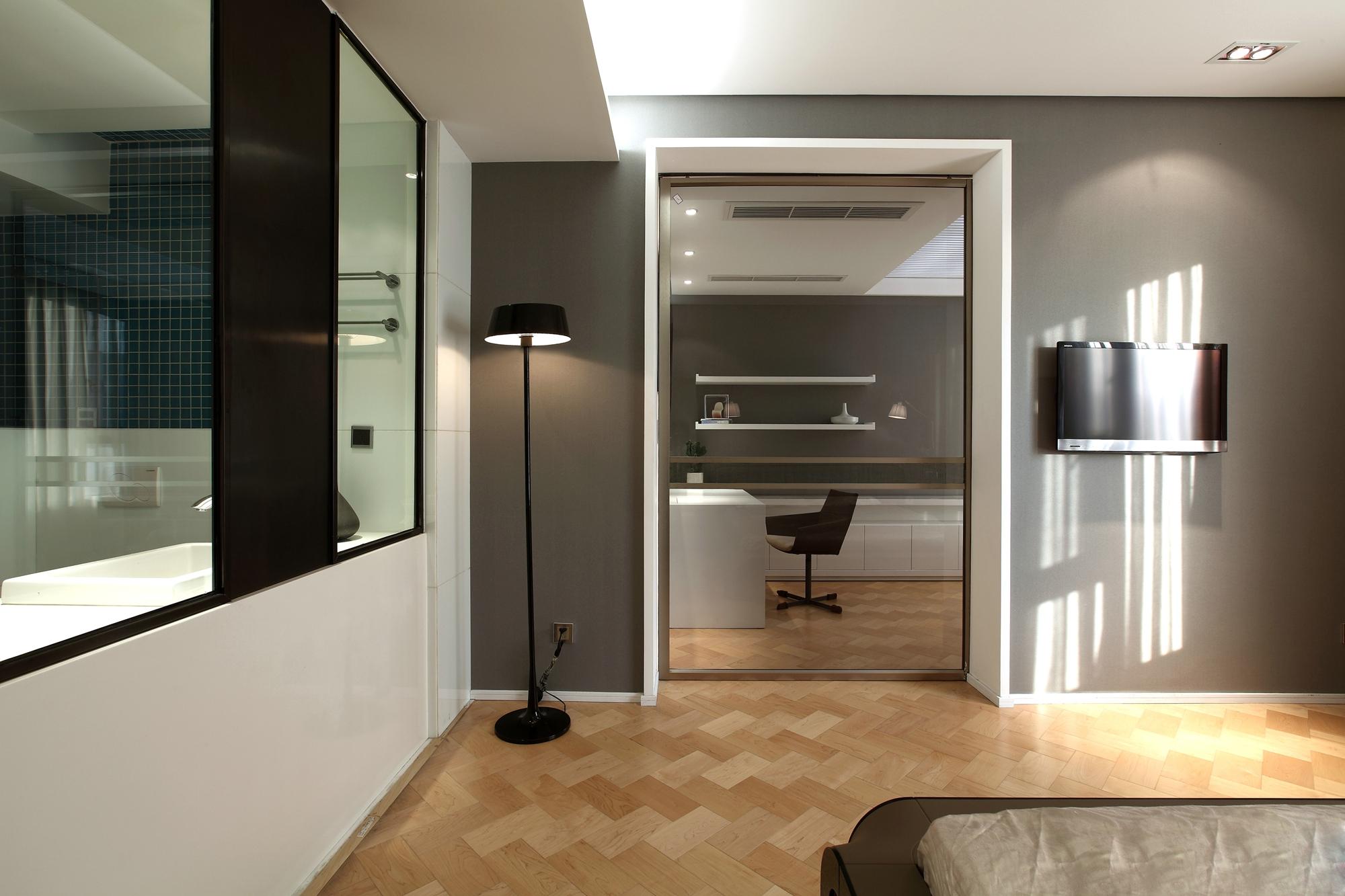 根据业主的需求,设计师在设计规划时考虑满足功能需求的同时,又要满足设计的美感。在设计过程中要考虑业主的生活习惯,制定科学合理的活动区域。通过设计让室内空间显得更加生活和谐,利用平面构成原理,通过点——线——面的有效搭配,组成和谐的三维空间设计,让整个室内空间赋予韵律美。空间的合理划分会给人们以美的感受,让整个空间流线自然舒服。