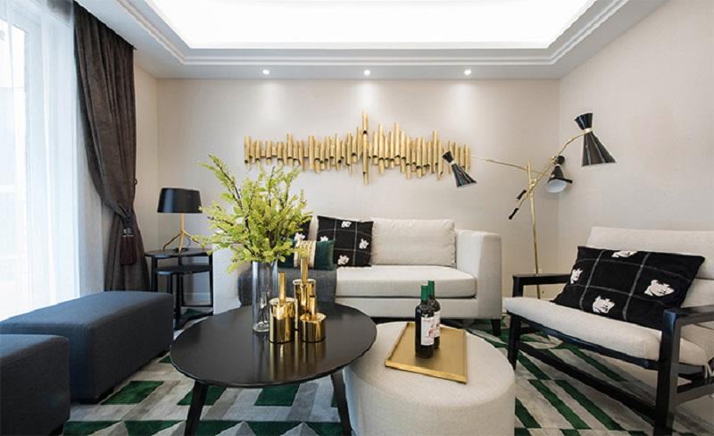 黑色和金色的经典搭配,白色沙发搭配软抱,家具、墙面上的金色装饰品独特,再搭配简洁的装饰画和不规则工业风装饰、落地灯、吊灯,使空间更有设计感