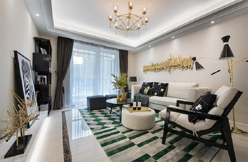 客厅 整体米色系的墙面、沙发,搭配绿色条纹的地毯、深蓝的沙发凳,主次分明,背景墙上长短不一的铜管如同高低起伏的音符,个性范儿十足。
